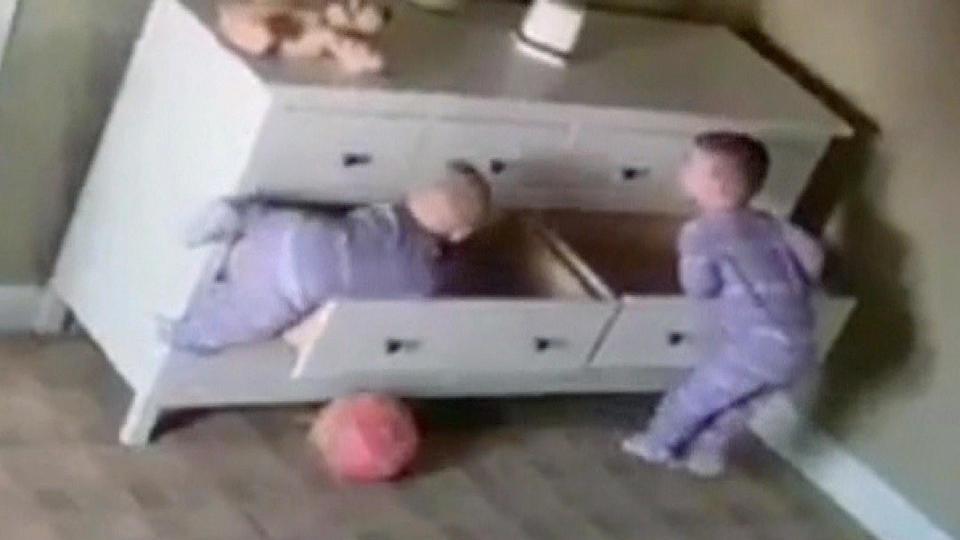 2歳の双子、奇跡の救出劇 大型家具に潜む危険