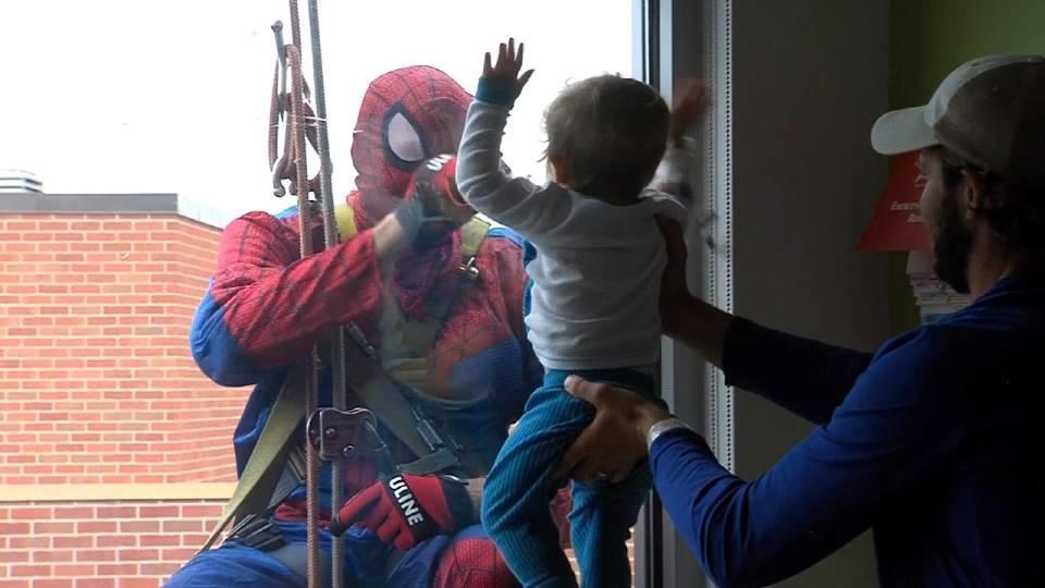 窓の向こうにスーパーヒーローが集結! / Superheroes over the window!