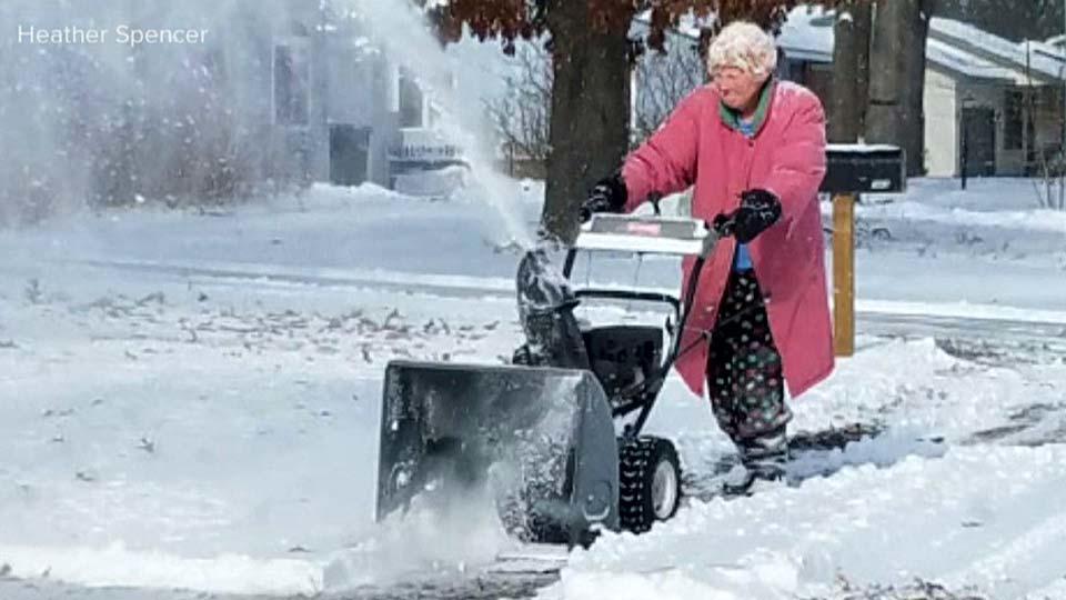 大雪と戦うスーパーおばあちゃん / Grandma with snow blower