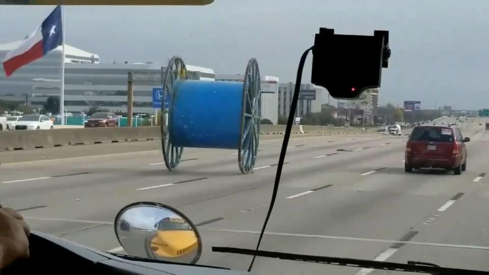 テキサスの車道に不審車! / Giant spool on the run