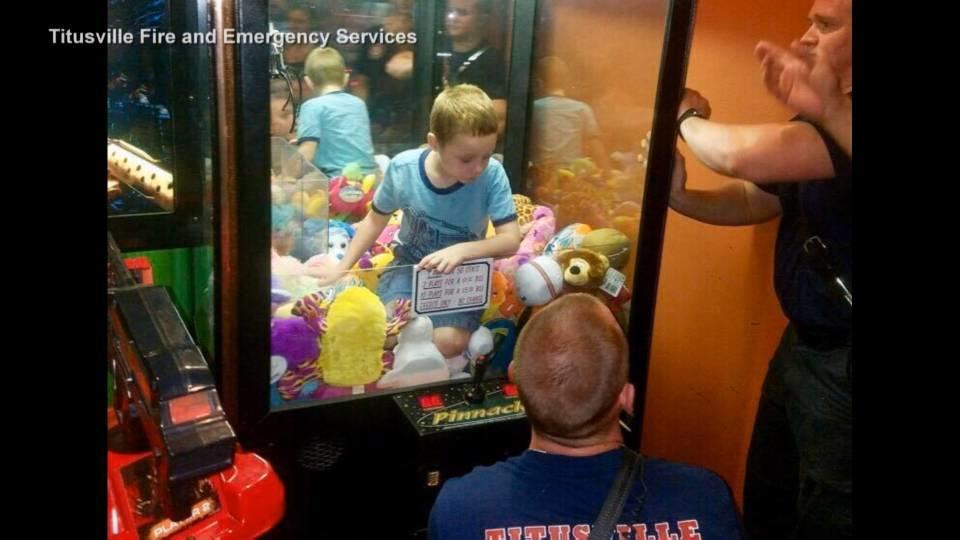 おもちゃが欲しすぎた男の子 / Kid gets stuck in an arcade claw machine