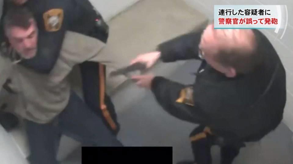 スタンガンと間違い警察官が容疑者に発砲/Video shows officer shoot suspect during struggle