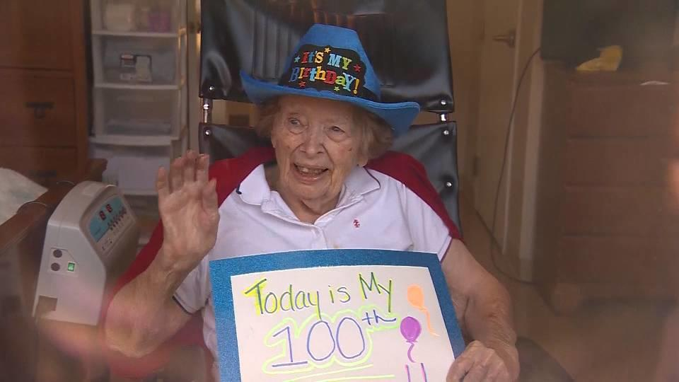 100歳の誕生日! 窓越しのバースデーパーティー