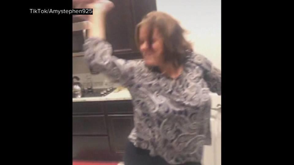 家のオーブンで演奏♩ 踊る母の動画が話題