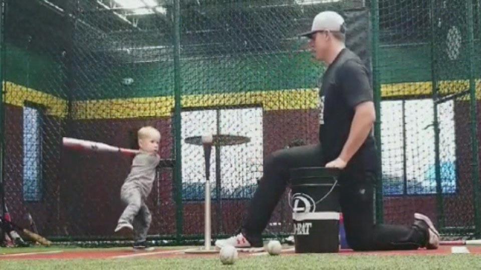 将来はメジャーリーグのスター? 2歳の天才球児現る