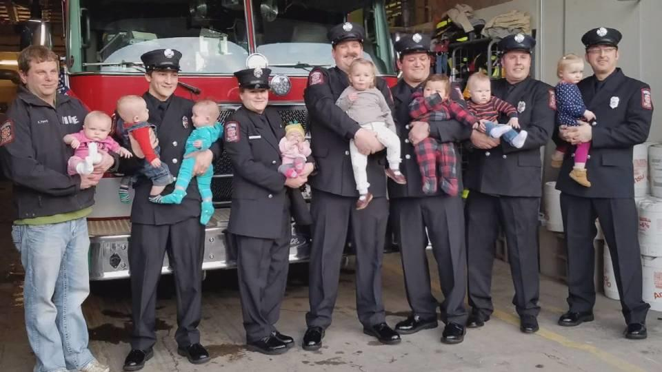町の消防署にベビーブーム到来? / Virginia Firefighters Welcome Nine Babies